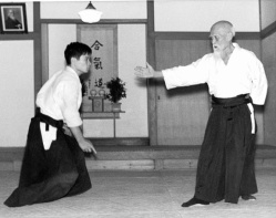 yokomen-morihei-ueshiba-arm-extende1